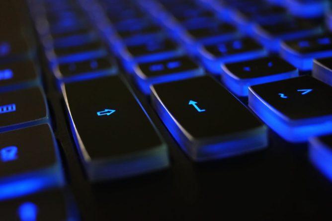 https://www.pexels.com/de-de/foto/ausrustung-bildschirm-blau-computer-tastatur-1194713/
